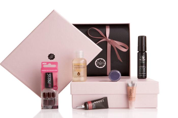 GLOSSYBOX propose un coffret de produits de beauté et cosmétiques tous les mois